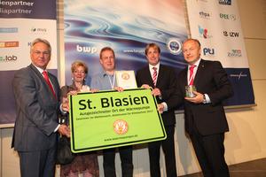 BWP-Vorstandsvorsitzender Paul Waning (l.) und BWP-Geschäftsführer Karl-Heinz Stawiarski (r.) mit den Gewinnern des Kommunenwettbewerbs 2