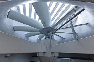 Der Ventilator mit einem Durchmesser von 8m zieht die Luft nach oben. Darüber sind die Abluftschalldämpfer zu erkennen.