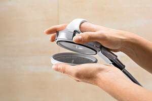 Der Brauseboden ist mit weichen<br />Antikalk-Noppen versehen und abnehmbar. Somit erweist sich die Handbrause als besonders reinigungsfreundlich.