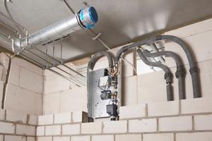 """Aufgrund der langen Zuleitungen, aber auch der spezifischen Nutzung, wurde die Kaltwasserversorgung des Gastrobereichs im OG durch eine Spülstation mit Viega-""""Hygiene+""""-Funktion abgesichert."""