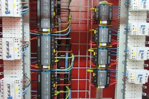 Optimal gestalteter Schaltschrank der Hauptenergieeinspeisung im Loppertunnel in der Schweiz: weil jedes einzelne ÜSG (grau/schwarz) mit einer eigenen Sicherung versehen ist, erhöht sich die Anlagenverfügbarkeit.<br />