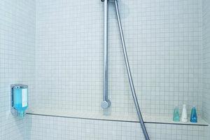 Detailansicht der funktional gehaltenen Dusche