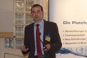 """Dr. Klaus Ockenfeld vom DKI ging in seinem Vortrag auf den aktuellen Stand der Gesetzgebung in Bezug auf die """"trinkwasserhygienisch geeigneten metallischen Werkstoffe"""" ein; er skizzierte den langen Weg von der 1998 erlassenen EU-Trinkwasser-Richtlinie über die deutsche Trinkwasserverordnung bis zu den EN und DIN-Normen wie der DIN 50930 Teil 6 sowie der im Dezember 2012 erstmalig als Empfehlung veröffentlichten UBA-Metallliste"""