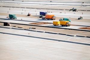 Betonarbeiten an den Vorfeldern im Juli 2009 nach Montage der Birco-Entwässerungsrinnen; Insgesamt über 1,3 Mio. m<sup>2</sup> Betonfläche bieten den Flugzeugen den erforderlichen Platz zum Starten, Landen und Parken<br />