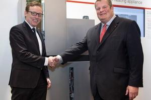 Nach erfolgter Unterschrift besiegelten die beiden Kooperationspartner die Zusammenarbeit per Handschlag: Dr. Ludwig Möhring, Vertriebs-Geschäftsführer der Wingas GmbH (links), und Dr. Frank Voßloh, Geschäftsführer Viessmann Deutschland GmbH.