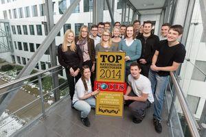 """Mitarbeiter wie Auszubildende am Standort Minden freuen sich über die neue Auszeichnung durch das Nachrichtenmagazin """"Focus""""."""