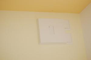 An jedes Lüftungsgerät ist ein Zweigkanal angeschlossen, über den die Abluft aus dem Bad abgeführt wird.<br />