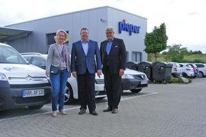 Sylvia Jörrißen MdB, Bernd Pieper (Alfred Pieper GmbH, Mitte) und Martin Everding (Geschäftsführer ITGA NRW e. V.) beim Besuch der Parlamentarierin in Hamm.