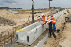 Versetzen der Rinnen-Unterteile zu drei 1100 m langen, parallel verlaufenden Linienentwässerungen des südlichen Vorfeldes<br />
