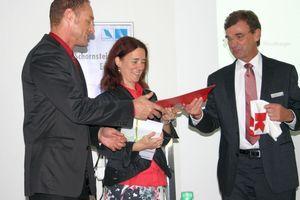 Irina Köberlein und Jürgen Köberlein-Kerler vom Planungsbüro Köberlein nahmen am 23. September 2013 den ausgelobten Preis aus der Hand von Georg Fröling, Raab-Gruppe, entgegen (Foto: mcl)