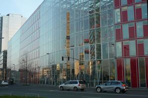 Ein konstruktives Highlight des Capricon Haus in Düsseldorf ist die i-modul-Fassade, bei dem integrierte Module kühlen, lüften und Wärme rückgewinnen. Zudem sind in die Fassadenpaneele Beleuchtungs-, Schallabsorptions- und Raumakkustik-Elemente integriert.<br />