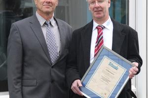 Andreas Neyen (links), Vorsitzender des Zentralen Bildungsausschusses (ZBA) des BTGA überreicht Frank Braunroth (rechts) zuständig für Marketing & Kommunikation bei der SBC Deutschland GmbH, die Urkunde für die Fördermitgliedschaft des Unternehmens.