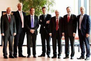 Namentlich gleich besetzt, aber mit Blick auf den Vorsitz neu formiert will der ARGE Neue Medien-Vorstand weitere zwei Jahre die Geschicke der mit derzeit 110 Mitgliedern stärksten Industrieorganisation der SHK-Branche lenken. V.l.n.r.: Karl-Heinz Wennrich (burgbad), Klaus Jesse (Vaillant), der neue Vorstandsvorsitzende Hermann W. Brennecke (Grundfos), sein Stellvertreter Dr. Roger Schönborn (Kermi) sowie Georg Rump (Oventrop), Franz Kook (Duravit) und Dirk Gellisch (Viega).