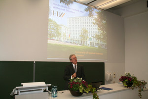 Prof. Stenzel, Rektor der HTW Dresden, begann die Veranstaltung mit einem Grußwort
