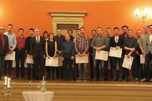In einer feierlichen Veranstaltung zur Jahresabschlussfeier der ILK gGmbH am 19. Dezember 2016  wurde der Studienpreis durch den Vorsitzenden des Vereins, Prof. Trogisch, und durch Prof. Franzke (ILK) überreicht.  (Foto: ILK gGmbH, Brückner)