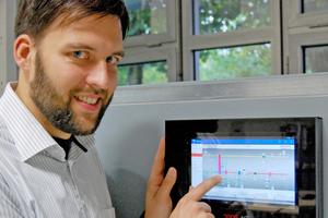 Peter Hollenbeck vom Fachbereich Energie – Gebäude – Umwelt demonstriert die Steuerung der Anlage.