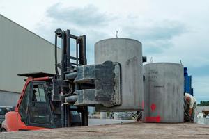 Bauhof Technische Dienste Villingen-Schwenningen. Lieferung der im Fertigteilwerk produzierten Filterschächte.