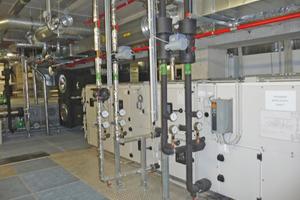 Die Lüftungsanlagen stehen in einem Technikgeschoss über den Reinräumen<br />