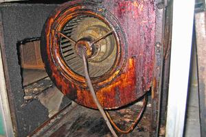 So sieht der Abluftventilator nach einem Jahr aus, wenn die Küchenhaube mit unzulässigen Fettfiltern ausgerüstet ist.