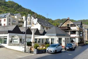 Das Hotel ist im Lauf der Jahre gewachsen. Seine 70 Zimmer verteilen sich auf verschiedene Gebäude. Im Hintergrund: das namensgebende Schloss.