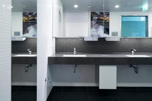 """Waschräume im Flughafen stehen unter hoher Belastung. In öffentlichen Sanitärräumen kommen daher verstärkt infrarotgesteuerte Produkte zum Einsatz, die ohne Berührung funktionieren und damit die Keimübertragung deutlich reduzieren. In diesem Fall die Grohe-Armatur """"Europlus E"""", die zudem mit einer Spartechnologie für Energie- und Ressourceneffizienz sorgt."""