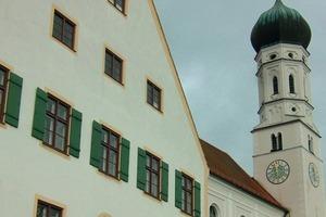 Pfarrhof in Pähl, seit 2011 mit Option zum Anschluss am Nahwärmenetz, dahinter die Kirche Sankt Laurentius<br />