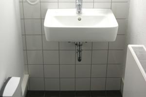 """Pro Dusch- und Waschbereich für Damen und Herren kam ein elektronischer Durchlauferhitzer """"DDLE Basis"""" zum Einsatz"""