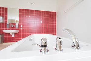 """Die Badewannen im Kreißsaalbereich wurden mit """"HansaMix""""-Wannenrandarmaturen ausgestattet"""