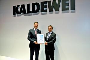 Während der ISH 2017 in Frankfurt am Main überreichte BTGA-Hauptgeschäftsführer Günther Mertz (rechts) Franz Kaldewei, geschäftsführender Gesellschafter der Franz Kaldewei GmbH &amp; Co. KG, die Mitgliedsurkunde des BTGA.<br />