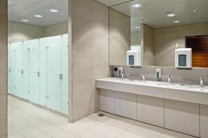 Großzügige Grundrissgestaltung, klare Trennung von WC- und Waschtischbereich: Toilettenanlage auf dem Flughafen in Zürich.