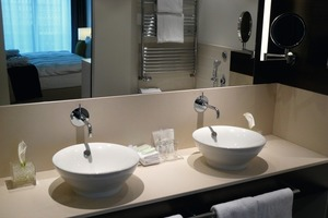 Blick in den Badbereich eines Hotelzimmers<br />