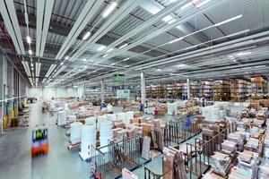 Die Zentralisierung wesentlicher logistischer Aufgaben wie der Koordination des Materialflusses sowie die Einführung eines effektiven Warehouse-Management-Systems mit SAP EWM an allen Zehnder Standorten führt zu einer Verkürzung und Flexibilisierung der Lieferzeiten. (Zehnder Group Deutschland GmbH)