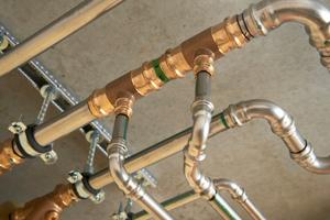 Für selten genutzte Zapfstellen wie Ausgussbecken der ideale Hygieneschutz: die Einpressdüse nach dem Venturi-Prinzip, die zwischen den T-Stücken montiert wird und in der Ringleitung für eine konstante Druckdifferenz und damit den kontinuierlichen Wasseraustausch sorgt.