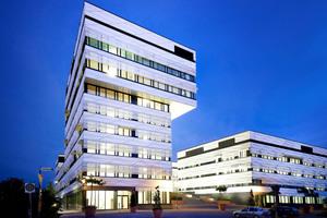 Der neungeschossige Tower mit den beiden auskragenden oberen Stockwerken ist die neue Landmarke des Forschungs- und Wissenschaftsquartiers Bahnstadt in Heidelberg