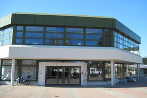 Fassade und Windfänge der Eingangsbereiche wurden komplett neu erstellt und an die aktuellen energetischen Voraussetzungen angepasst<br />