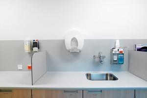 An den Wasch- und Spültischen erlauben zum Beispiel leichtgängige Einhebelmischer mit ergonomisch geformten langen Hebeln<br />