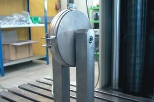 Bild <strong>3</strong>: Prüfung einer Rohrschelle (Zugprüfung)<br />