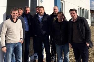 Der neue Standort Krefeld: mobiheat-Geschäftsführer Andreas Lutzenberger (rechts) und Helmut Schäffer (vierter v.r.) und Prokurist Wolfgang Sonntag (zweiter v.r.) besuchen das Team am  neuen Standort in Nordrhein-Westfalen.  (Foto: mobiheat)