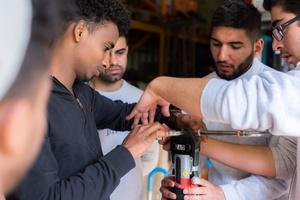 """Das """"Team Zukunft"""" von Brochier stellt Flüchtlingen Ausbildungsberufe im gebäudetechnischen Handwerk vor."""