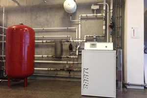 Die Sole-Wärmepumpe von Bartl wird in Verbindung mit einer Freikühlung mit Erdwärmesonden betrieben und versorgt Fußbodenheizung, Betonkernaktivierung, Wärmetauscher des Lüftungssystems und einen Hygienespeicher für die Warmwasserversorgung.<br />