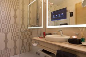"""<div class=""""grafikueberschrift"""">Infokasten</div> Digitaltechnik sowie Duschsystem """"Smartshower"""" und Waschtischarmatur """"HansastelA2 im Bad des 5-Sterne-Hotelzimmers der Hotel-Etage in Oberschleißheim<br />"""