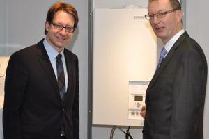 Der niedersächsische Umweltminister Dr. Stefan Birkner (links) und Brötje-Geschäftsführer Sten Daugard im Gespräch (Foto: August Brötje GmbH, Rastede)