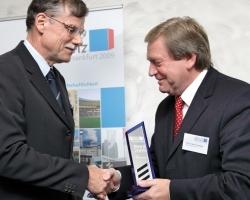 Bertram Schmitz, CEO von Sauter nimmt den Preis von Prof. Dr. Rainer Hirschberg (rechts), Fachhochschule Aachen entgegen