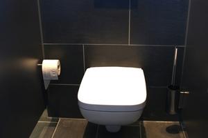 """Bei den WCs ging der Investor keine Kompromisse ein. In allen """"stillen Örtchen"""" kam das elektronische Schell Spülsysteme """"Ambition E Eco"""" für den WC-Spülkasten zum Einsatz."""