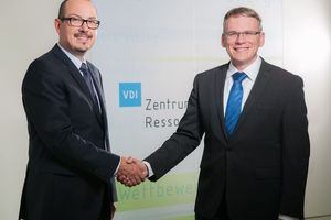 Dr. Martin Vogt (rechts) übernimmt zum 1. Oktober 2013 die Geschäftsführung der VDI Zentrum Ressourceneffizienz GmbH von Sascha Hermann   (Foto: VDI-ZRE)