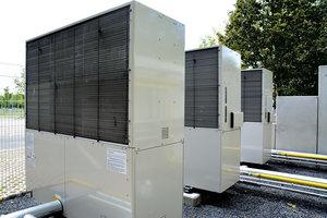 In einem der Außengeräte, welches bei einer<br />Kühlanforderung als erstes eingeschaltet wird, befindet sich ein Zusatzplattentauscher<br />zur Auskopplung der Motorabwärme.<br />