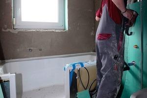 ... beim Einbau der Duschbadewanne, ...<br />