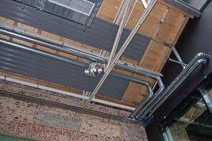 Der Anschluss der vier Hauptbänder erfolgte im Südteil der Halle. Die Sichtbarkeit der konstruktiven Details unterstreicht den Charakter des Gebäudes.<br />