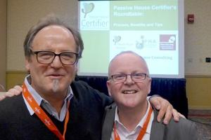 Sind von der Passivhaus-Idee überzeugt: Dieter Herz (links) und Tomas O'Leary von der passiv house academy Irland und New York. Die beiden Experten für energieeffizientes Bauen und Sanieren trafen sich bei der Nordamerikanischen Passivhaus-Tagung in Maine.  (Foto: Herz & Lang)