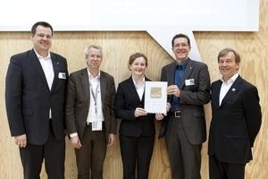 Zertifikatsübergabe auf der Expo Real in München (v.l.n.r.): Dr. Frank Eretge (Gundlach), Jan Grabau (Architekten BKSP), Elena Winter (Witte Projektmanagement), Lorenz Hansen (Gundlach)und Prof. Manfred Hegger (DGNB Präsident)